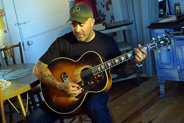 staind 39 s aaron lewis opens up about guitarist mike mushok joining newsted. Black Bedroom Furniture Sets. Home Design Ideas
