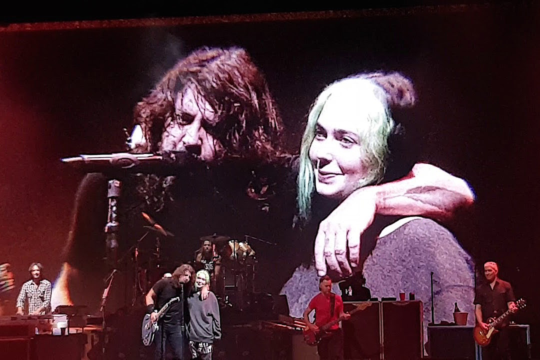 Dave Grohl's Daughter Violet Sings 'My Hero' Onstage With Foo Fighters